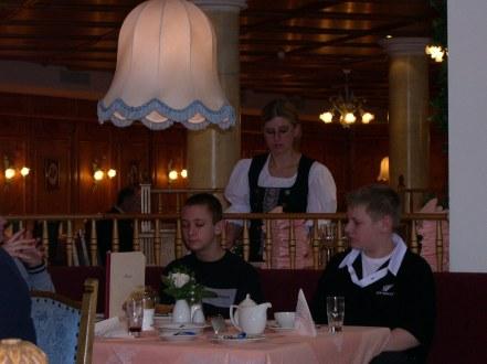 Daniela serviert den vornehmen 'Herren'