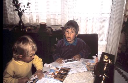 Konzentriert spielen Michael und Markus